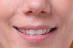 Lächelnde freundliche blonde Frau mit grünen Augen Stockfotografie