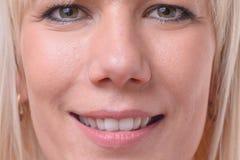 Lächelnde freundliche blonde Frau mit grünen Augen Lizenzfreies Stockbild
