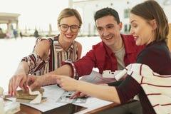 Lächelnde freundliche Firma, die welche Bevorzugung zeigt stockfotos