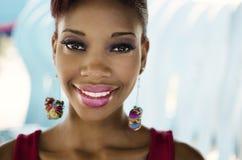 Lächelnde freundliche gegenübergestellte Afroamerikanerfrau Stockfotos