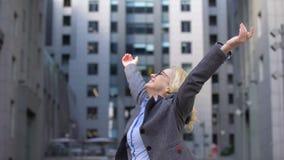 Lächelnde gealterte Arbeitnehmerin, die um Hände oben anheben, Freiheitsglück sich dreht stock video footage