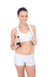 Lächelnde geeignete Sportlerin, die Springseil um Hals hält Lizenzfreies Stockfoto