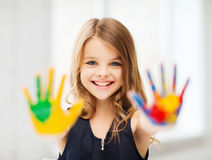 Lächelnde gemalte Hände des Mädchens Vertretung lizenzfreie stockfotografie