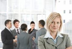 Lächelnde Geschäftsfrau in der Bürovorhalle Stockfotos