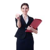 Lächelnde Geschäftsfrau, die über Weiß lokalisiertem Hintergrund steht Stockfotos