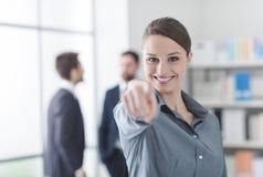 Lächelnde Geschäftsfrau, die auf Kamera zeigt lizenzfreie stockbilder