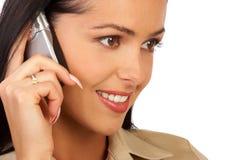 Lächelnde Geschäftsfrau, die durch Telefon spricht Stockfotos