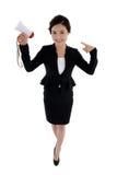 Lächelnde Geschäftsfrau, die ein Megaphon in einer Hand hält Stockfoto