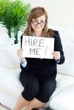 Lächelnde Geschäftsfrau, die ein Papier anhält   stockfotos
