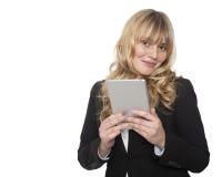Lächelnde Geschäftsfrau, die eine Tablette hält Stockbild