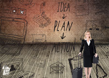 Lächelnde Geschäftsfrau, die einen Koffer hält Stockbilder