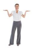 Lächelnde Geschäftsfrau, die etwas mit ihrem zwei Handra darstellt Lizenzfreie Stockfotos