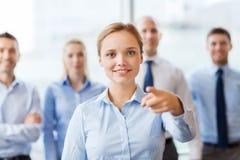 Lächelnde Geschäftsfrau, die Finger auf Ihnen zeigt Lizenzfreies Stockfoto