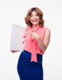 Lächelnde Geschäftsfrau, die Finger auf Ordner zeigt Lizenzfreie Stockfotos