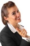 Lächelnde Geschäftsfrau, die Finger auf Sie zeigt Lizenzfreie Stockfotos