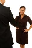 Lächelnde Geschäftsfrau, die Hand rüttelt Lizenzfreie Stockfotos