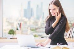Lächelnde Geschäftsfrau, die im Büro arbeitet Lizenzfreies Stockfoto