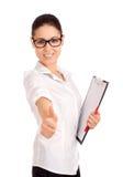 Lächelnde Geschäftsfrau, die Klemmbrett anhält Lizenzfreie Stockfotos