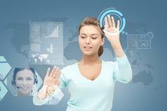 Lächelnde Geschäftsfrau, die mit virtuellem Schirm arbeitet Stockbilder