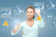 Lächelnde Geschäftsfrau, die mit virtuellem Schirm arbeitet Lizenzfreies Stockfoto