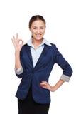 Lächelnde Geschäftsfrau, die okayzeichen zeigt lizenzfreie stockfotografie