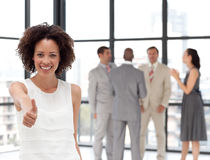 Lächelnde Geschäftsfrau, die Teamspiritus zeigt Stockfoto