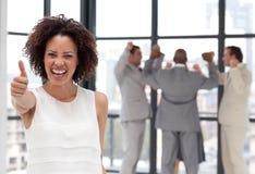 Lächelnde Geschäftsfrau, die Teamspiritus zeigt Stockbild