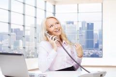 Lächelnde Geschäftsfrau, die um Telefon ersucht Lizenzfreie Stockfotografie