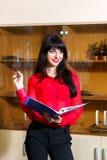 Lächelnde Geschäftsfrau in einer roten Bluse mit Ordner von Dokumenten Lizenzfreie Stockfotografie