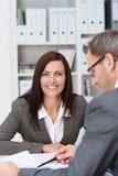 Lächelnde Geschäftsfrau in einer Sitzung Lizenzfreie Stockfotografie