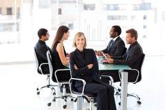 Lächelnde Geschäftsfrau in einer Sitzung Stockbilder