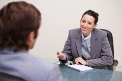 Lächelnde Geschäftsfrau in einer Vermittlung Stockbilder