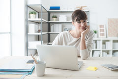 Lächelnde Geschäftsfrau im Büro lizenzfreies stockbild