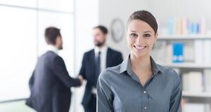 Lächelnde Geschäftsfrau im Büro stockfotografie