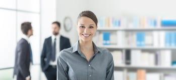 Lächelnde Geschäftsfrau im Büro lizenzfreies stockfoto