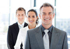 Lächelnde Geschäftsfrau im Fokus mit ihrem Team lizenzfreie stockfotografie