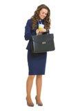 Lächelnde Geschäftsfrau mit Aktenkoffer und cofee höhlen das Schauen von Zeit Lizenzfreie Stockfotos
