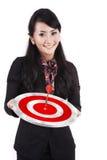 Lächelnde Geschäftsfrau mit Dartboard lizenzfreie stockfotos