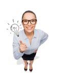 Lächelnde Geschäftsfrau mit dem Finger oben Stockfotos