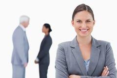 Lächelnde Geschäftsfrau mit den gefalteten Armen Stockfotos