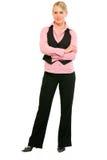 Lächelnde Geschäftsfrau mit den gekreuzten Armen auf Kasten Stockfotografie