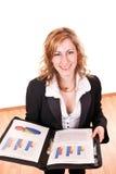 Lächelnde Geschäftsfrau mit Dokumenten Stockbild