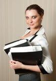 lächelnde Geschäftsfrau mit Faltblättern in den Händen Lizenzfreies Stockfoto