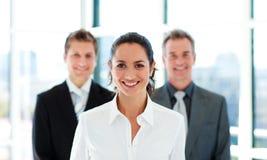Lächelnde Geschäftsfrau mit ihrem Team Stockfoto