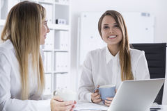 Lächelnde Geschäftsfrau mit Kaffee und ihrem Handlanger Lizenzfreie Stockbilder