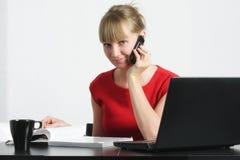 Lächelnde Geschäftsfrau mit Mobiltelefon und Zeitschrift Stockfotografie