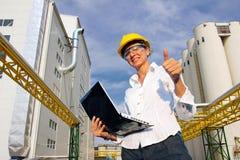 Lächelnde Geschäftsfrau mit Notizbuch Lizenzfreies Stockbild