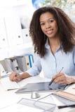 Lächelnde Geschäftsfrau mit Zeichnungsauflage Lizenzfreie Stockfotografie