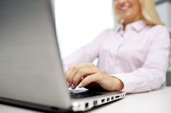 Lächelnde Geschäftsfrau oder Student, die auf Laptop schreiben Lizenzfreies Stockfoto