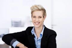 Lächelnde Geschäftsfrau In Office Lizenzfreies Stockfoto